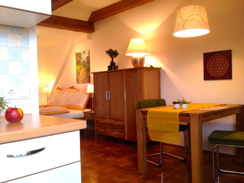 Voll ausgestattete Küche und gemütlicher Sitz- und Essbereich