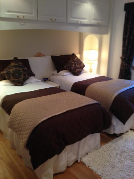 Twin bedroom in Bramble cottage.