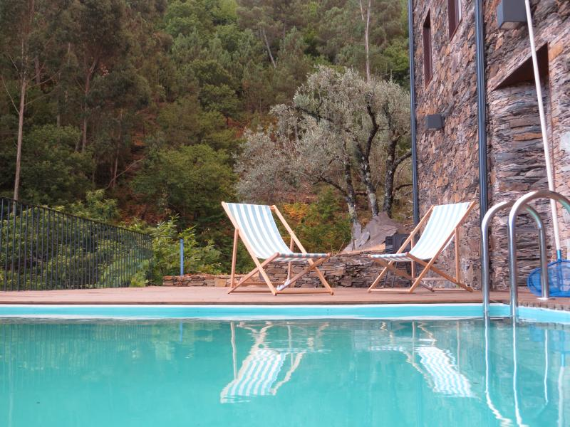 Relax at the pool and enjoy the valley view of Serra do Açor!