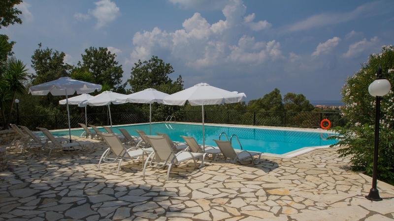 Natural Blue Green Attic apartment, location de vacances à Acharavi