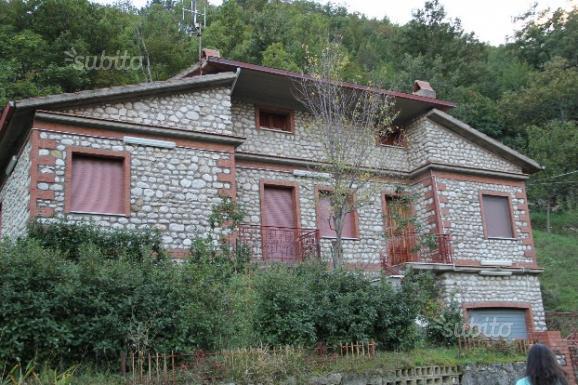 villa su due livelli indipendente con giardino, alquiler vacacional en Roccamandolfi