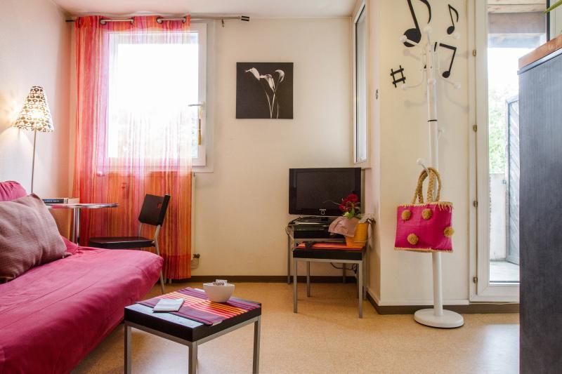 Coin salon avec canapé lit confortable