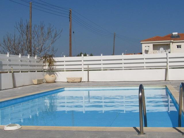 Modern and homely flat with side seaview, holiday rental in Pervolia
