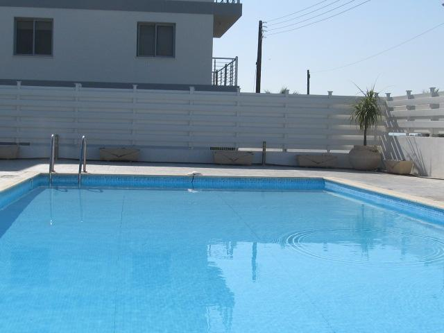 Modern & bright 2 bedroom flat with full sea views, holiday rental in Pervolia