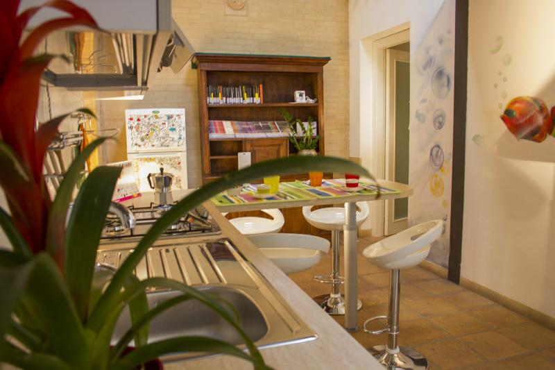 cucina e zona pranzo con le pareti decorate