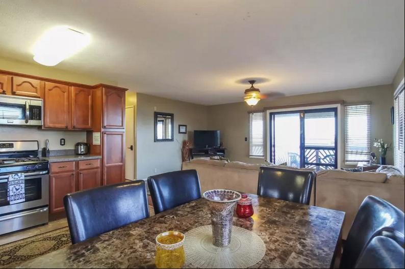 La sala da pranzo ha un grande tavolo di marmo per pranzo e può ospitare sei persone.