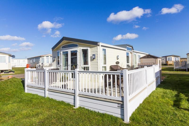 6 litera caravana de alquiler con terraza en el North Denes Holiday Park.
