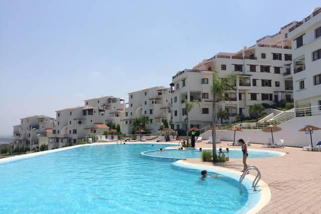 Une magnifique piscine avec surveillance maître nageur.