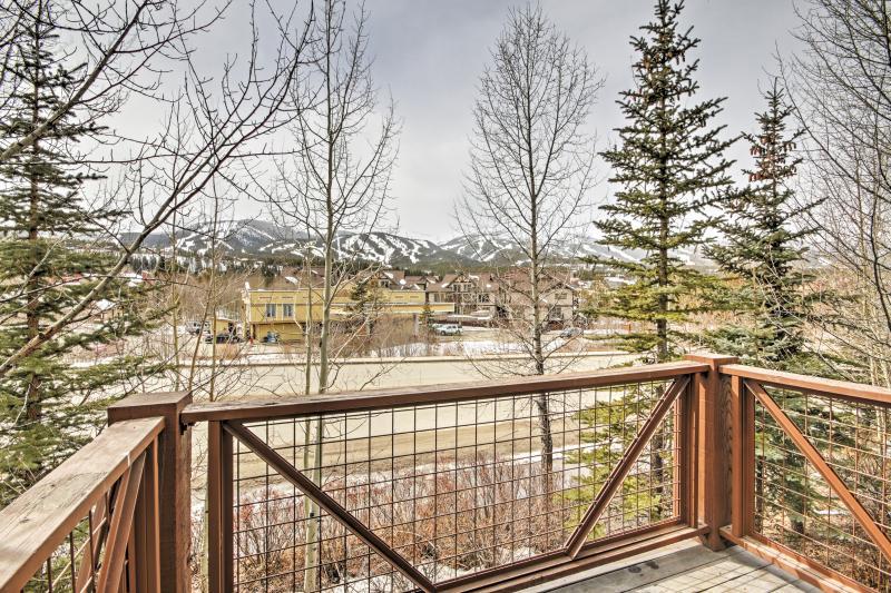 Desfrute de belas vistas da pista de esqui, enquanto você relaxar no deck privativo.