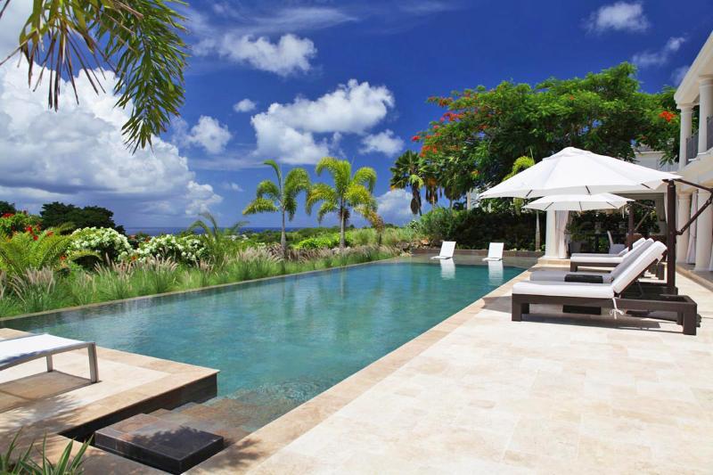 Hermosa vista de la piscina de Barbados