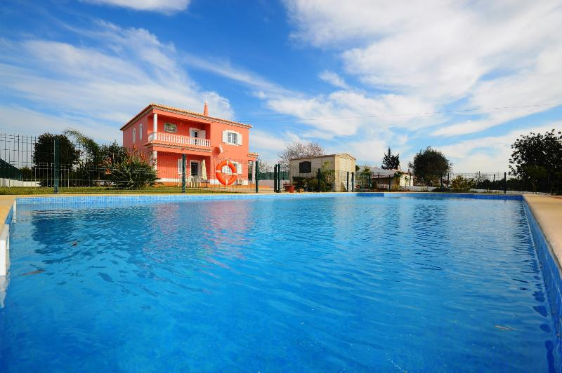 Villa Casa das Amendoeiras, a lovely 4 bedroom villa with private pool, vacation rental in Cumeada
