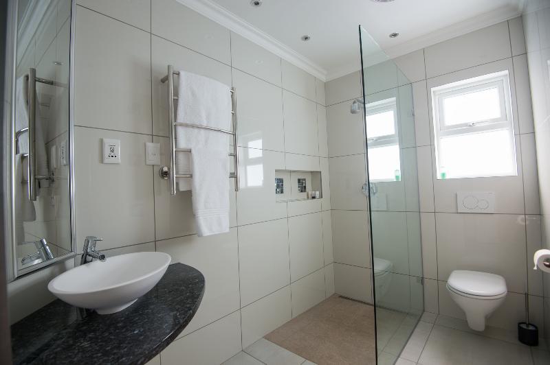 Full view of en-suite bathroom.
