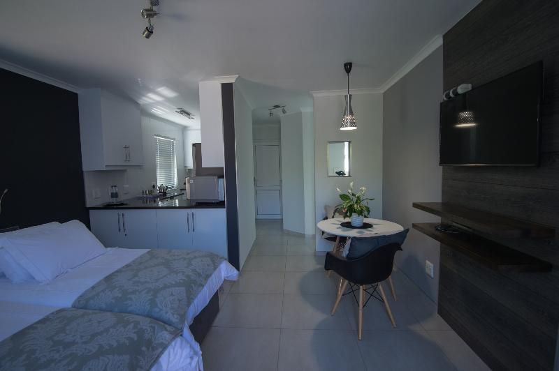 Cat's Eye Jewel (no smoking) is located in the heart of Vredekloof., vacation rental in Table Mountain National Park
