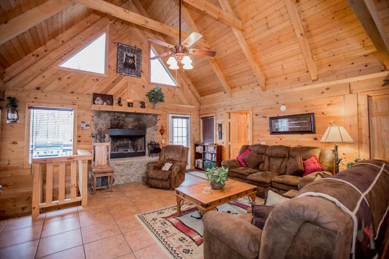 Magnificent 4 Bd-4 Ba   Log Home w/Game Rm, HotTub.  Near Legends of Golf, holiday rental in Branson