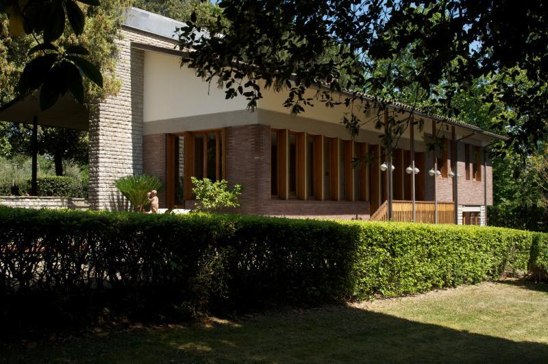 casa com jardim envolvente panorâmica
