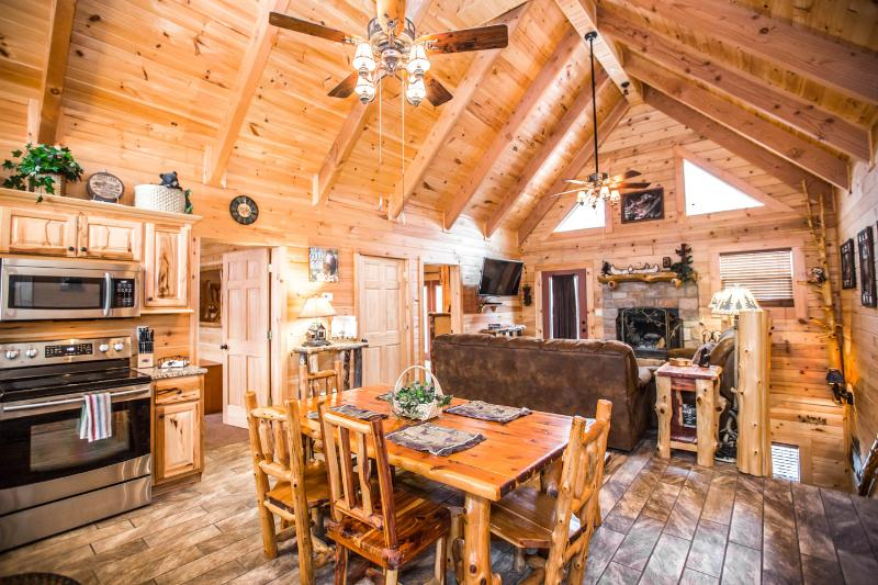 Stunning Luxury Log Home 5 BR/5Bath w/ Game Room Near Legends of Golf Tournament, holiday rental in Branson