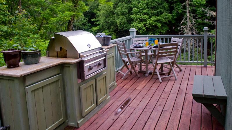 Outdoor dining with grille