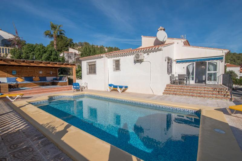 Casa Mayo, Villa with pool near Arenal WiFi & Air Con, Ferienwohnung in Javea
