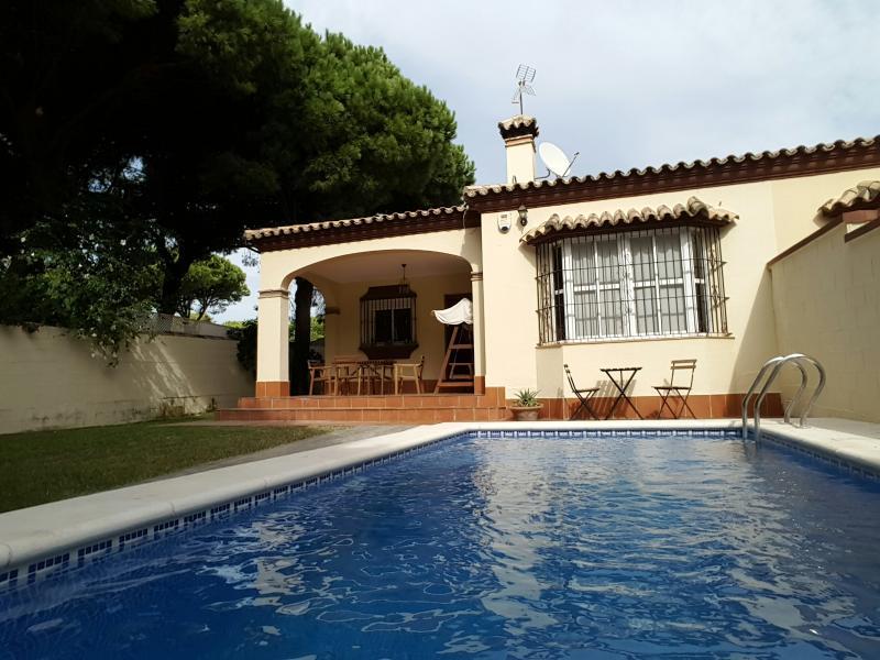 Chalet con piscina a 500 metros del mar, holiday rental in Chiclana de la Frontera