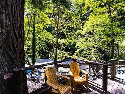 Sequoiatude, Sunny outdoor decks