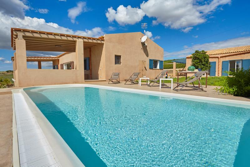 Holiday villa with pool in Menfi, vacation rental in Menfi