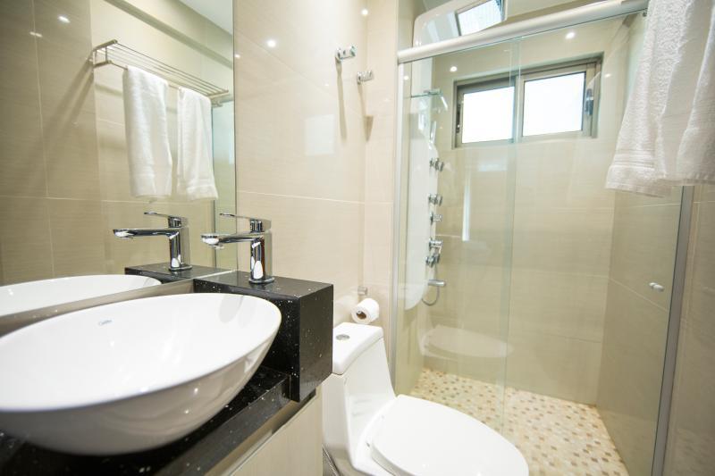 Banheiro em porcelanato, ducha escocesa, Chuveiro com Hidromassagem vertical, Secador de cabelo