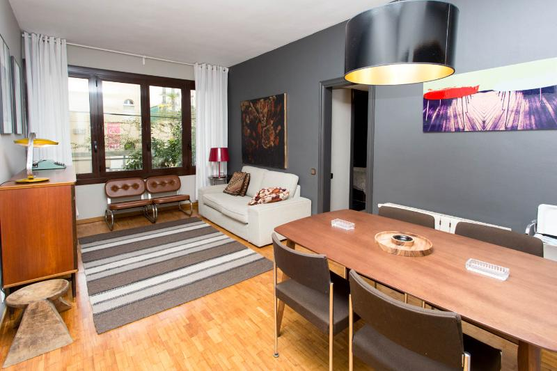 Vintage flat from the 70 but complete renovated in the trendy area of gracia Barcelona