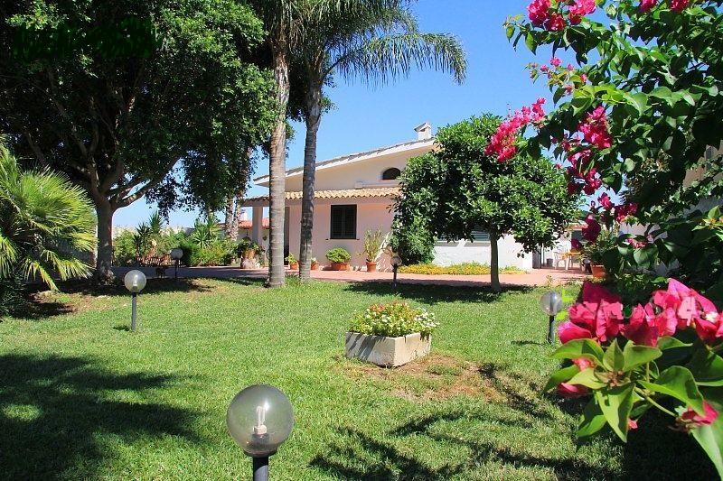 Villa Martina a Mancaversa a pochi Km da Gallipoli, holiday rental in Marina di Mancaversa
