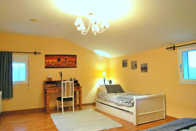 Habitación 2. Cama de matrimonio + 2 camas individuales