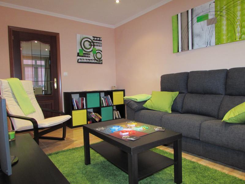 Salón-comedor con sofá y TV