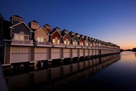 Stunning Boathouse Condo, holiday rental in Lansdowne