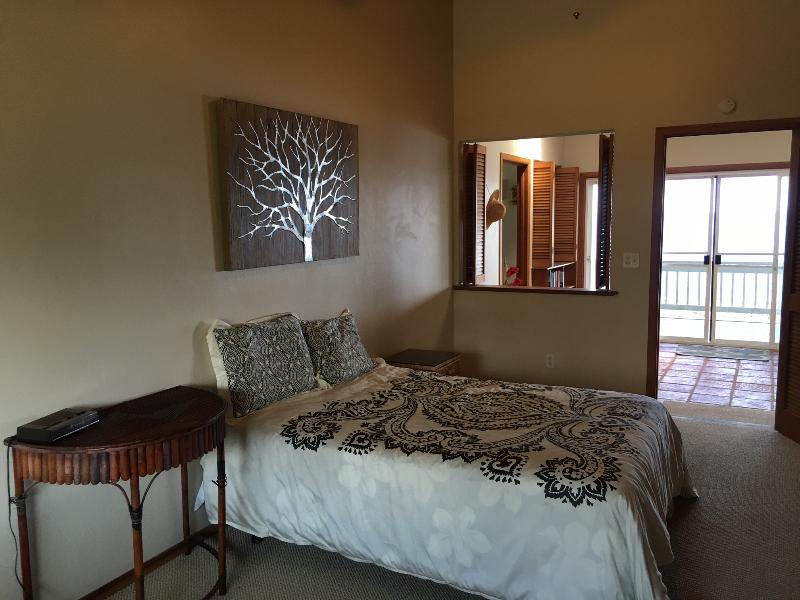 This guest suite has a double bed and views of the Lanai and Ocean as well.