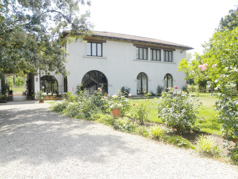 Mulinoantico con vasca idromassaggio nel giardino, vacation rental in Olmo di Mira