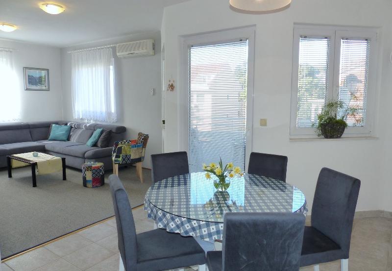 Lovely Apartment Silvana, Ferienwohnung in Kastel Luksic