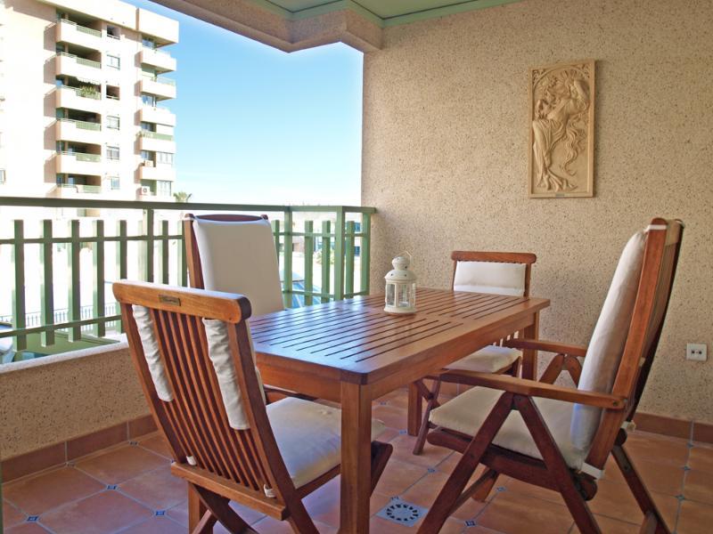 Terraza con vistas a piscina y playa.Mesa para 4 personas. Terrace overlooking pool and beach. Table