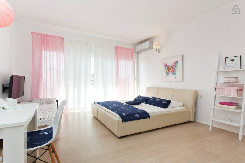 The Whitehouse Apartment 3, vacation rental in Brodarica