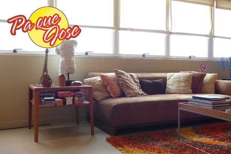 Un cómodo Sofa y muchos juegos de mesa esperan por ti!