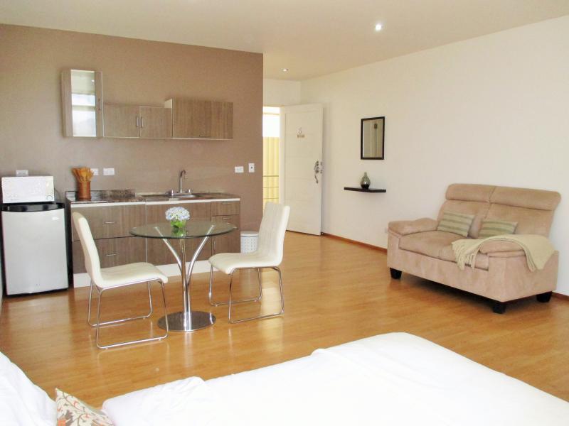 2 CedarCats Short Stay Apartments, holiday rental in Cartago