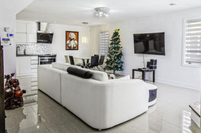 Luxury condo for rent fully loaded, casa vacanza a Blainville