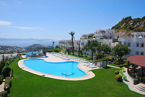 Stunning views of the coast from the communal pool, jacuzzi & restaurant/bar