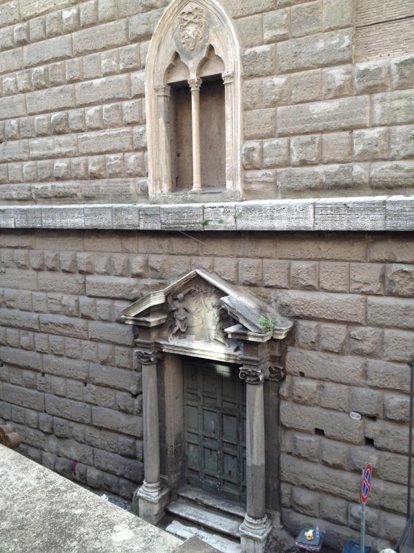 La casetta si affaccia sul portale e sul timpano del 600 dell'antica chiesa della Ss. Annunziatina.