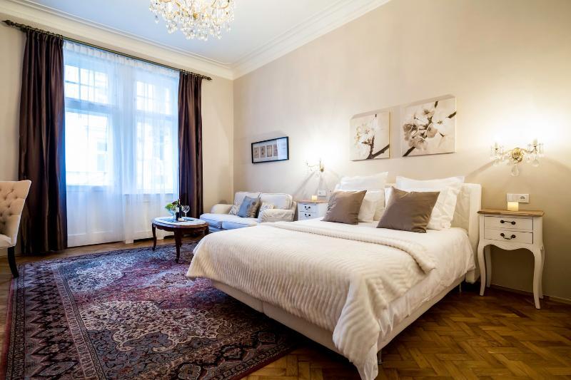 Classy 3 Bedroom+ 3 Bath Family Apt, vacation rental in Prague