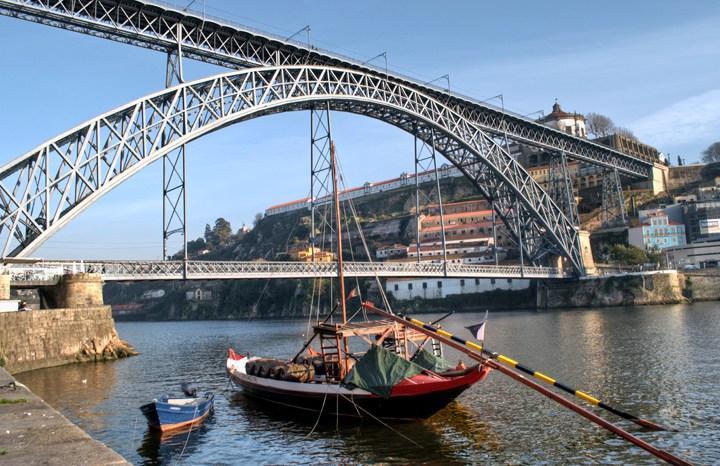 los barcos de Rabelo cerca de las bodegas de vino