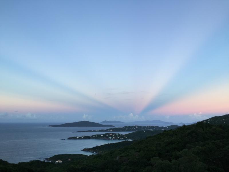 En esta época del año, a 6:15 de la tarde, que tiene aproximadamente 10 minutos de cielo rosado. Este es nuestro punto de vista!