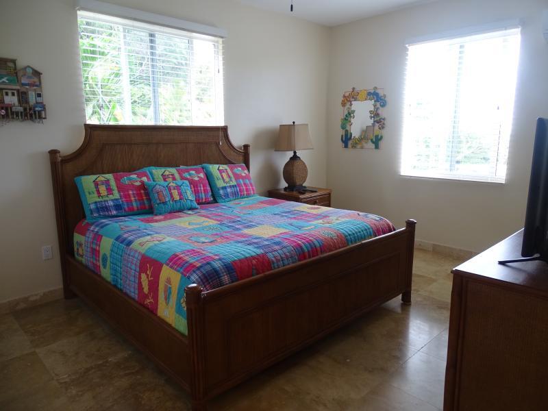 El dormitorio tiene muebles de Tommy Bahama y una cama doble con un cómodo colchón y ropa de cama de alta calidad