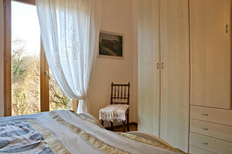 La camera matrimoniale con vista sul giardino