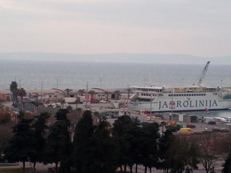 Blick vom Balkon auf den Hafen - Anbindung nach Brac, Hvar, Solta