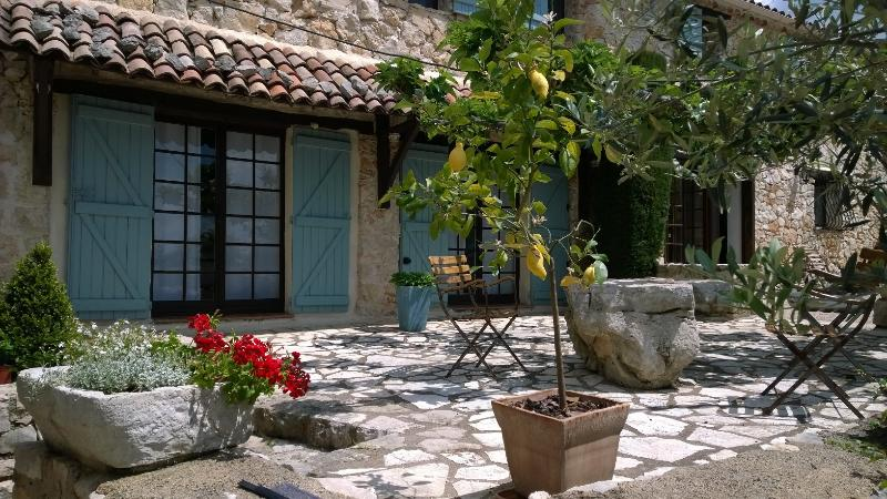 Stunning 1 Bedroom in Provencal Farmhouse, with a Pool, holiday rental in Mons