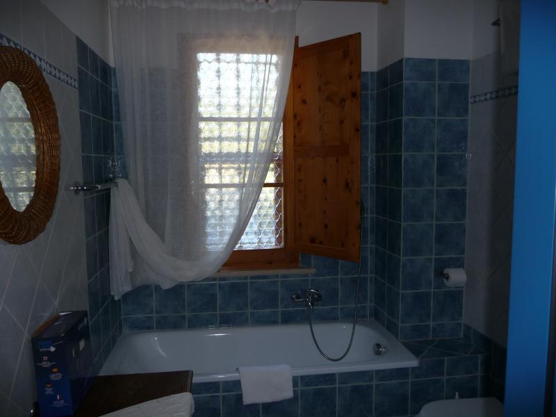 PADRONALE En-suite 2 twin beds bedroom. Bathroom details: the tuPADRONALE En-suite 2 twin beds bedb