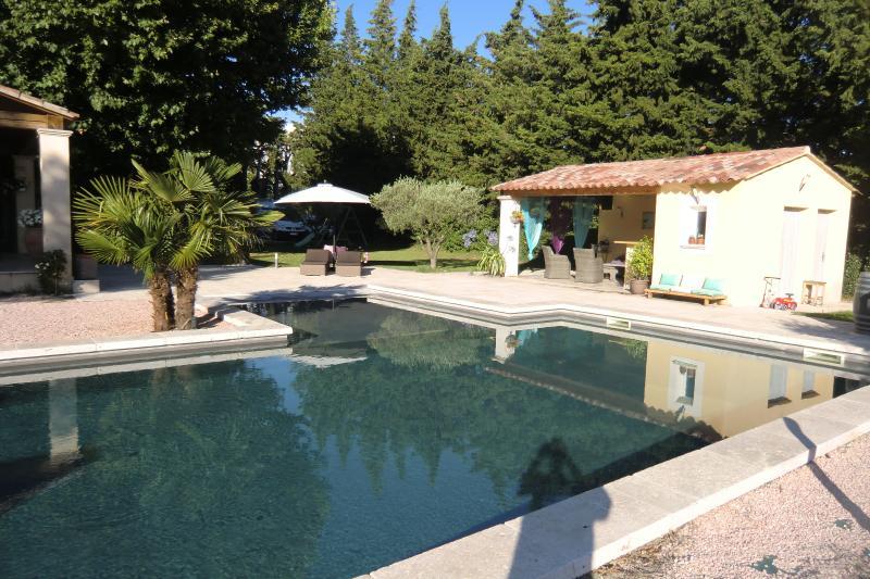Mas provençal avec piscine et pool house, holiday rental in Aubignan